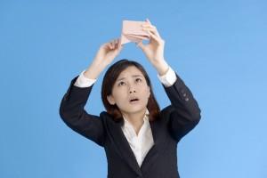 財布にお金がない女性
