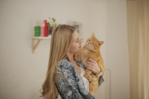 女性とネコ