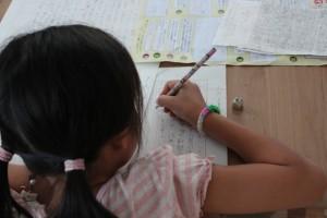 読書感想文を書く女の子