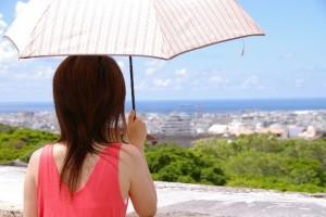 日傘をさしてる女性
