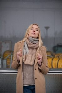 ニットを着た女性