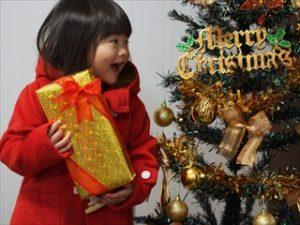 クリスマスプレゼントを持つ子供